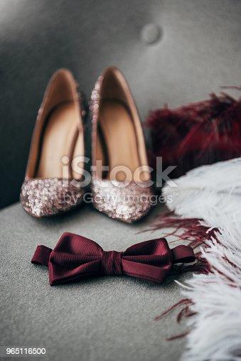 Selective Focus Of Bridal Shoes Grooms Bow Tie And Feathers For Rustic Wedding On Armchair - Stockowe zdjęcia i więcej obrazów Aranżacja