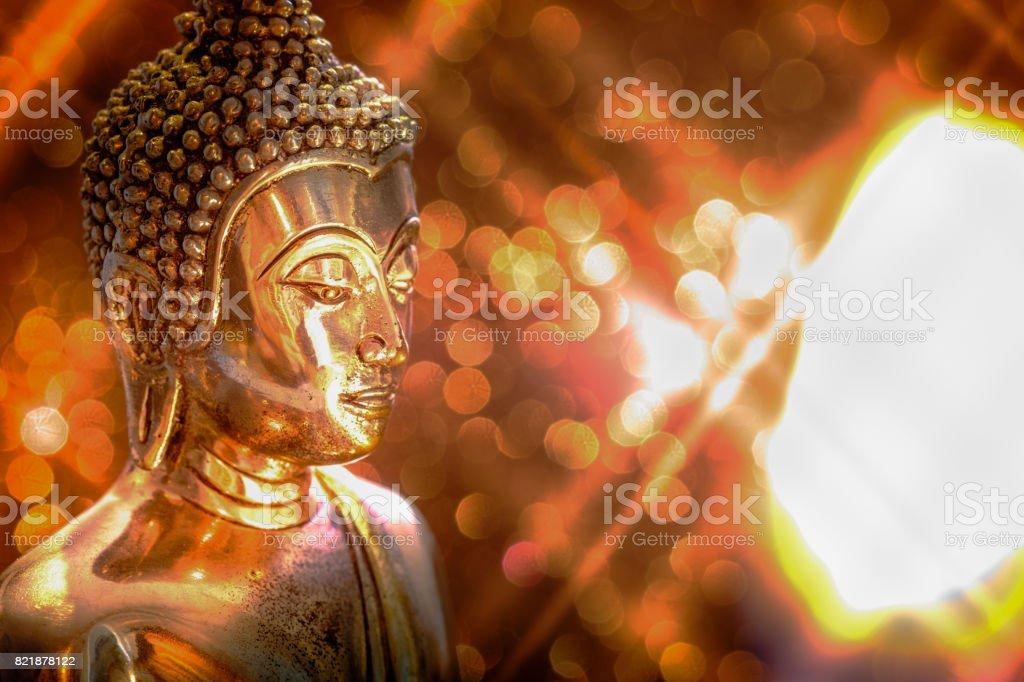 Selektiven Fokus der Buddha-Statue mit sanfter Beleuchtung Effekt und Glitzer abstrakten Hintergrund mit Bokeh unscharf gestellt Lichter. Konzept der Hoffnung, Frieden, Meditation und Entspannung – Foto