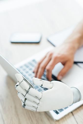 나무 테이블에서 노트북을 사용 하 여 인간과 로봇 손의 선택적 초점 STEM-주제에 대한 스톡 사진 및 기타 이미지