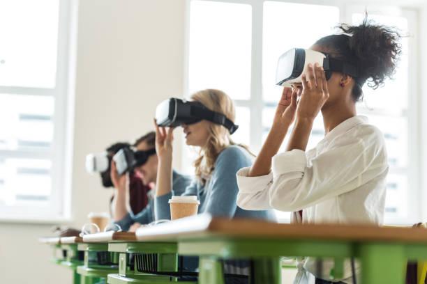 üniversitede vr kulaklıkları kullanan çok ırklı öğrencilerin seçici odağı - sanal gerçeklik stok fotoğraflar ve resimler