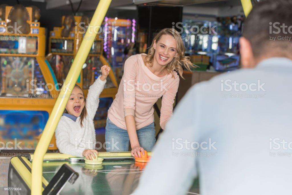foco seletivo dos pais com a filha feliz jogando hóquei no centro do jogo - foto de acervo