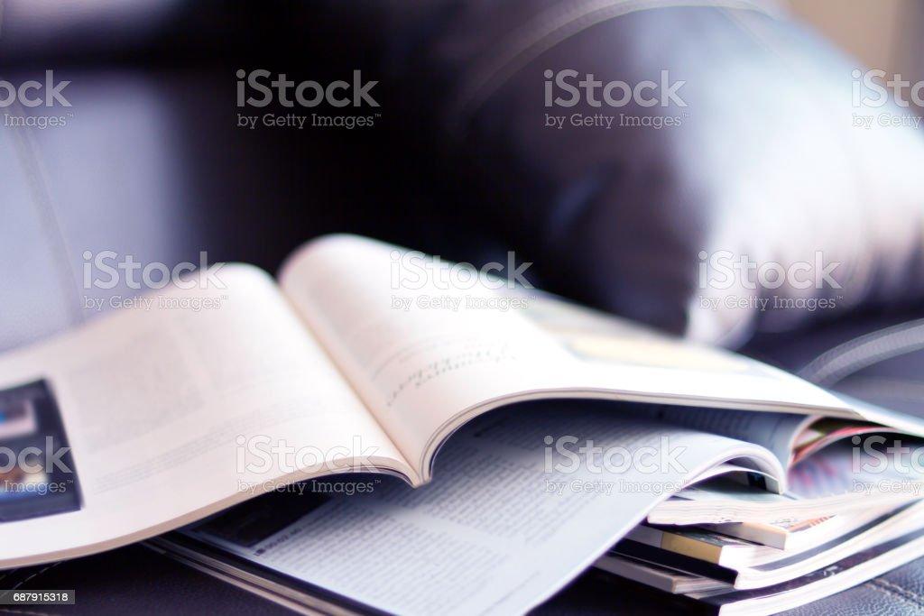 selektiver Fokus des Stapelmagazins auf dem Tisch im Wohnzimmer - Lizenzfrei Alt Stock-Foto