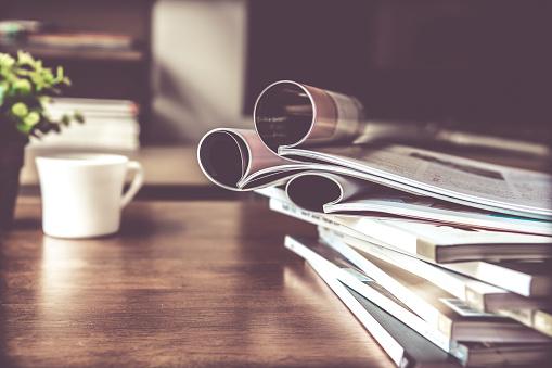 Selektiven Fokus Stapeln Zeitschrift Platz Am Tisch Im Wohnzimmer Stockfoto und mehr Bilder von Alt