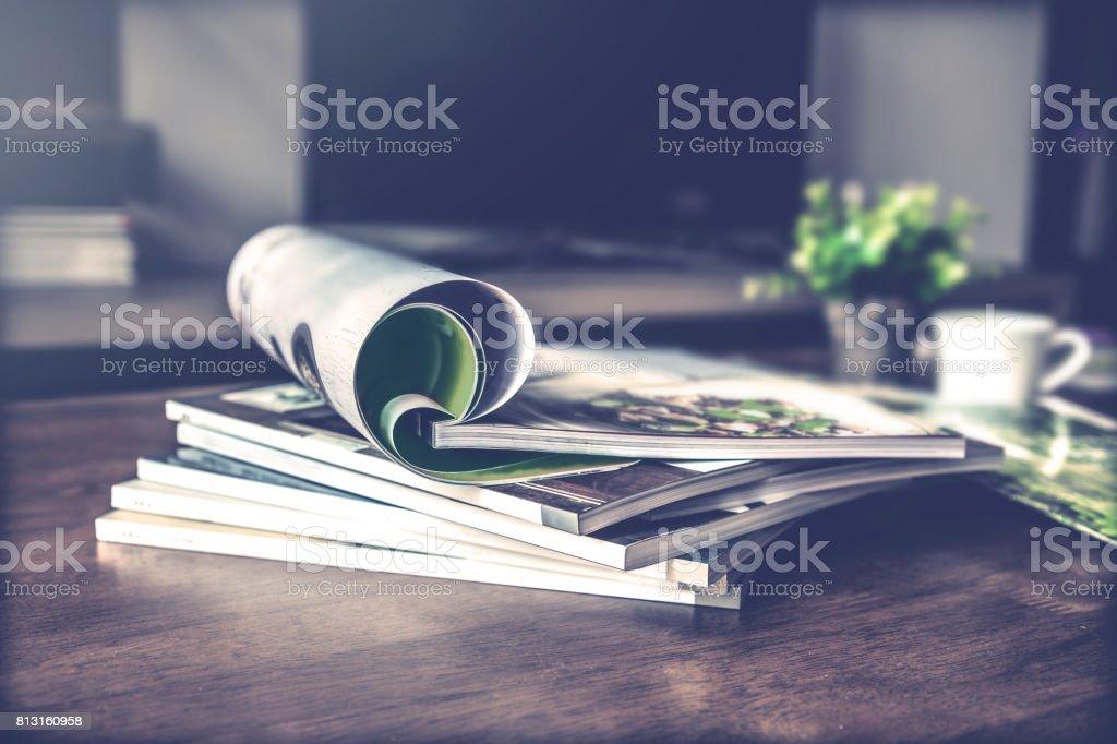 selektiven Fokus Stapeln Zeitschrift Platz am Tisch im Wohnzimmer - Lizenzfrei Alt Stock-Foto