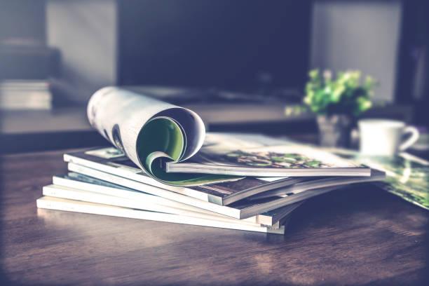 selektiven Fokus Stapeln Zeitschrift Platz am Tisch im Wohnzimmer – Foto