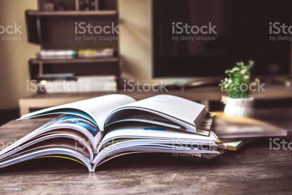 seçici odak masada oturma odasında yığın dergisi yerin - Royalty-free ABD Stok görsel