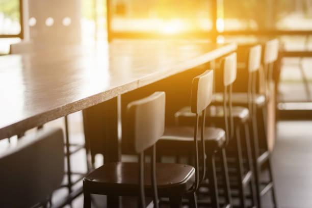 selektiver fokus von tisch und stuhl des cafés innenansicht mit vintage-farbton - stockwerke des waldes stock-fotos und bilder