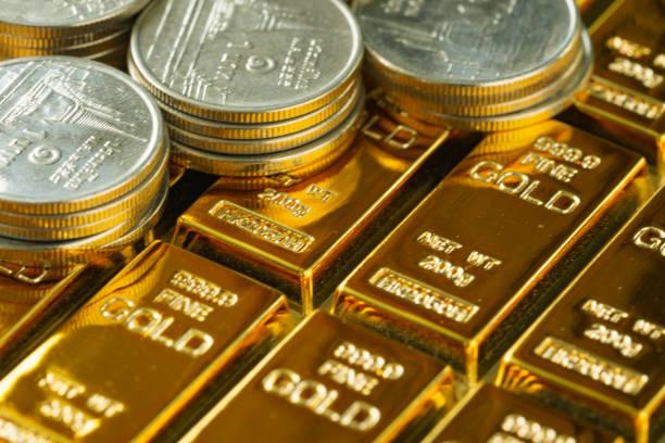 selektiven fokus auf glänzende goldbarren mit stapel von münzen als geschäfts- oder finanziellen investitionen und reichtum konzept - goldene bar stock-fotos und bilder
