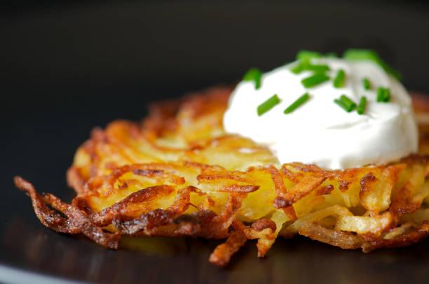 geringe tiefenschärfe kartoffel reiberdatschi - haschee stock-fotos und bilder