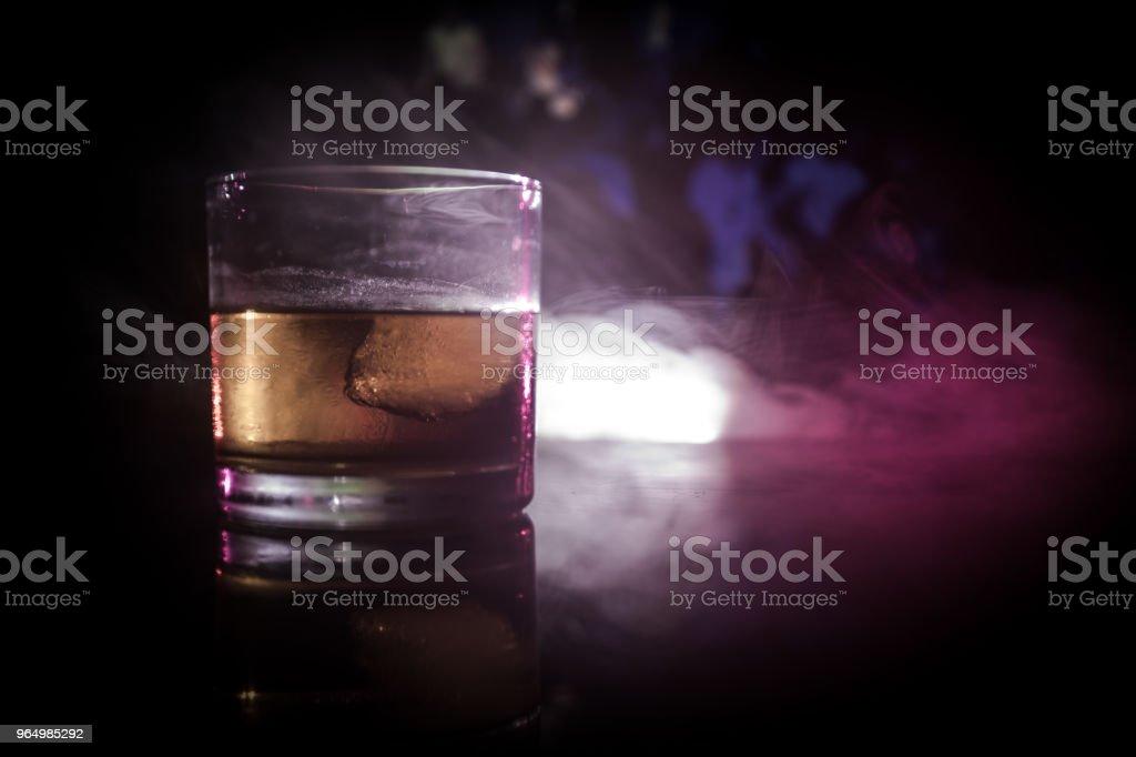 の アイス グラス 中 キューブ の