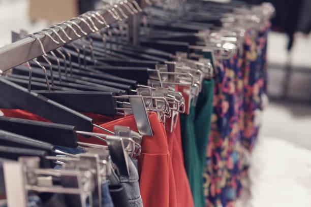 Selektiven Fokus Röcke an einen Kleiderständer gehängt. – Foto