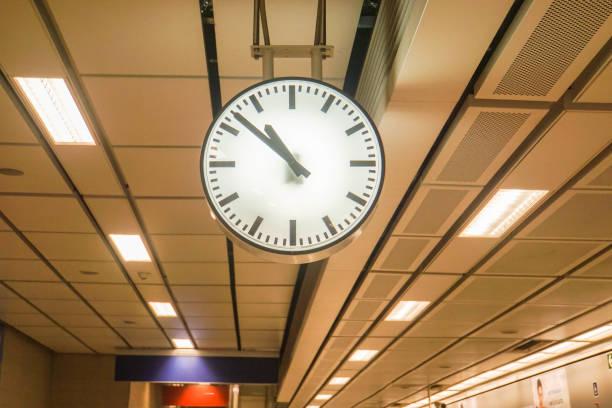 seçici odak vintage analog saat metro istasyonunda asılı - sefer tarifesi stok fotoğraflar ve resimler