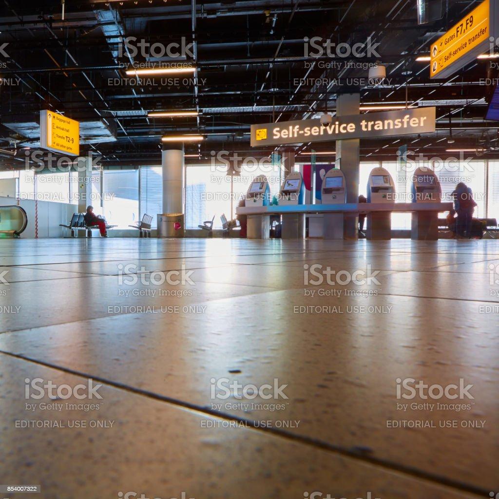 Auto check-in kiosque à l'aéroport d'Amsterdam-Schiphol. - Photo