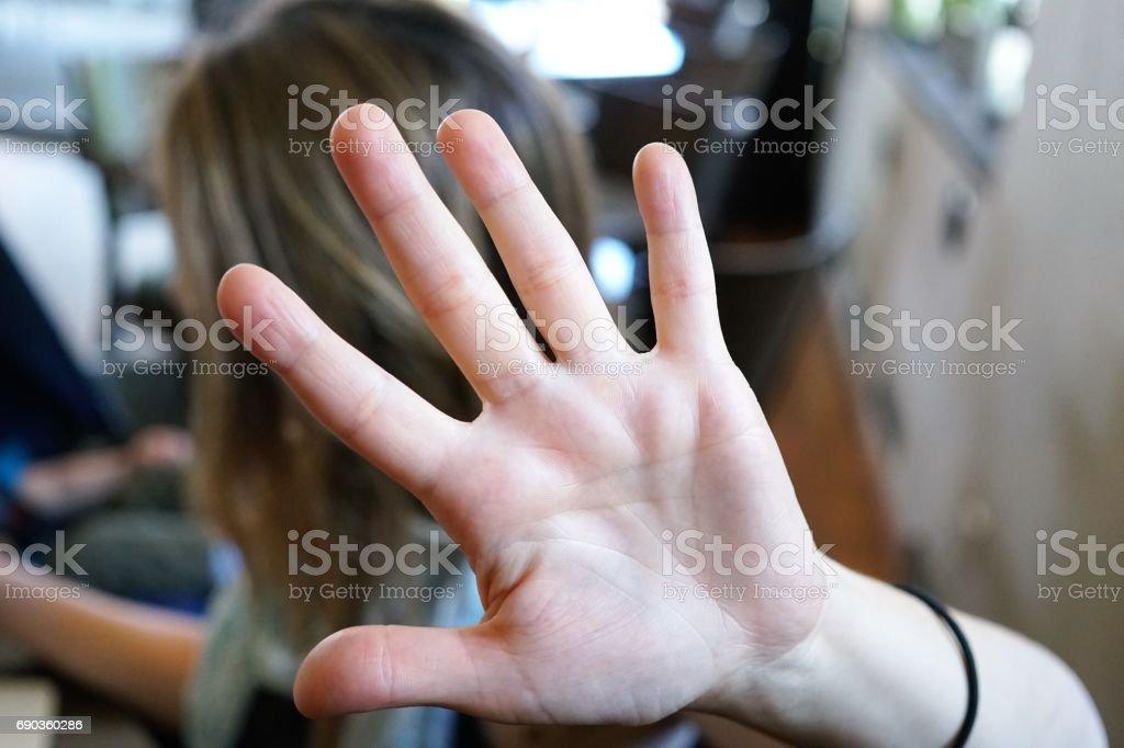 Selbstverteidigung, Frau bedeckte ihr Gesicht mit der hand – Foto