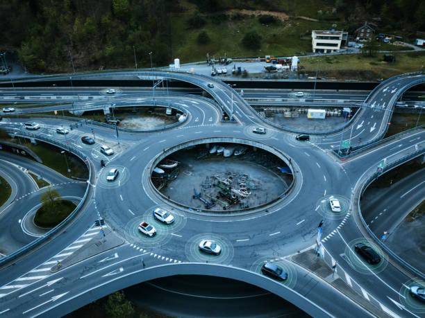 auto conduire des voitures autonomes sur le cercle de la circulation - rond point carrefour photos et images de collection