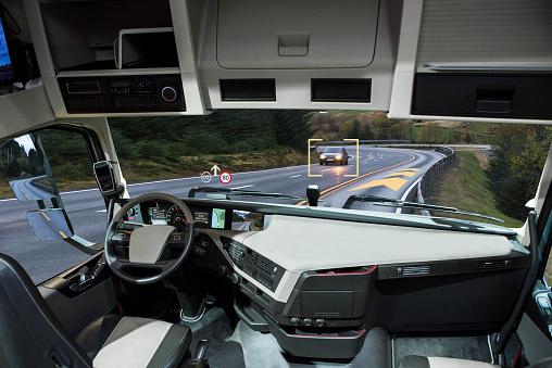 Yo Conduciendo El Camión Con La Cabeza De La Pantalla En Una Carretera Foto de stock y más banco de imágenes de Camión de peso pesado