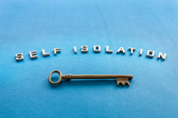 Auto-isolamento. Chave. Símbolo de proteção contra epidemia de coronavírus. Letras em um fundo de papel azul - foto de acervo