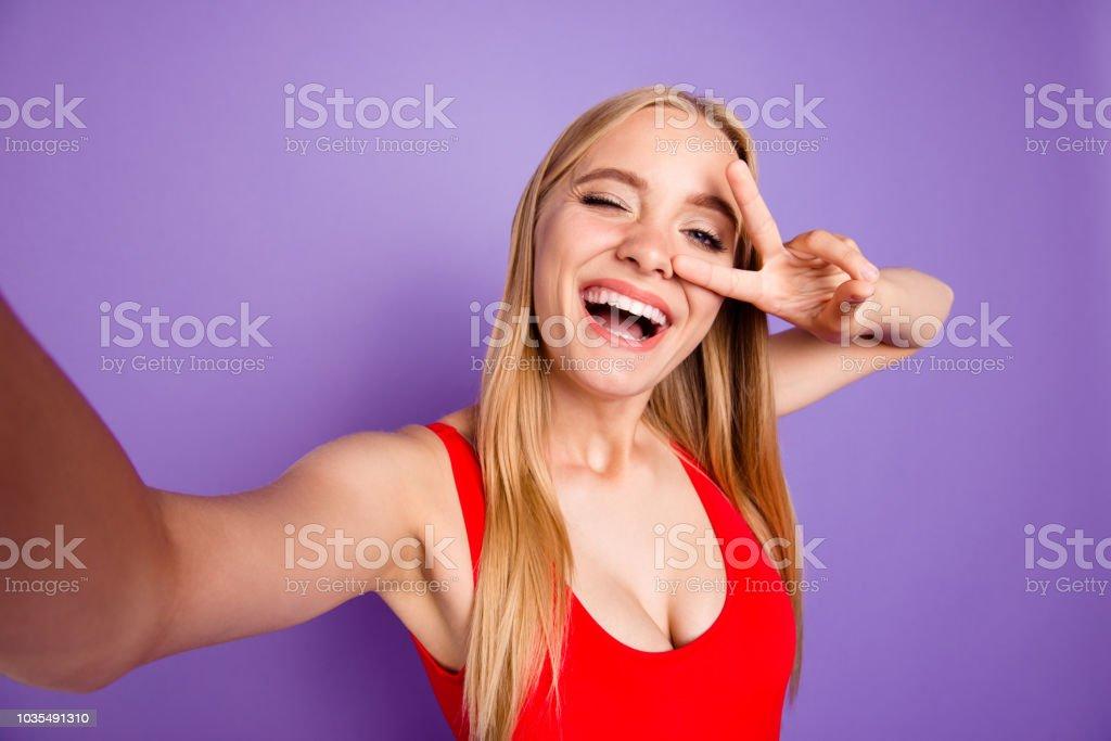 99166c3b5 Autorretrato de atractivo alegre divertida hermosa riendo chica rubia traje  de baño rojo que realices.