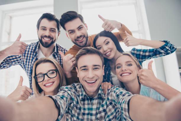selbstporträt von ökonomen, studenten, finanziers, rechtsanwälte in casual-outfit zeigt daumen hoch mit fingern shooting selfie auf frontkamera mit fröhlich fröhlich ausdruck mit freizeit, timeout - happy weekend bilder stock-fotos und bilder