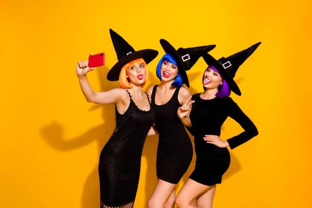 selbstporträt von drei netten positiven froh unbeschwert mit spaß gute laune zeit v-zeichen charmante verzauberer auf maskerade partei selfie auf telefon isoliert lebendige farbe hintergrund - coole halloween kostüme stock-fotos und bilder
