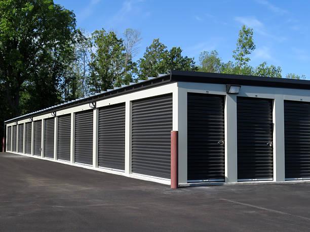 Les unités de stockage en libre-service avec portes noires - Photo