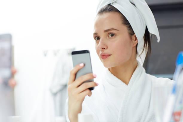 selfie in badkamer - cell phone toilet stockfoto's en -beelden
