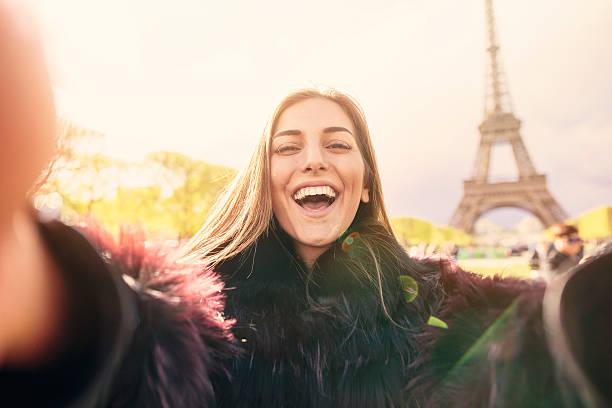 selfie à paris - mode paris photos et images de collection