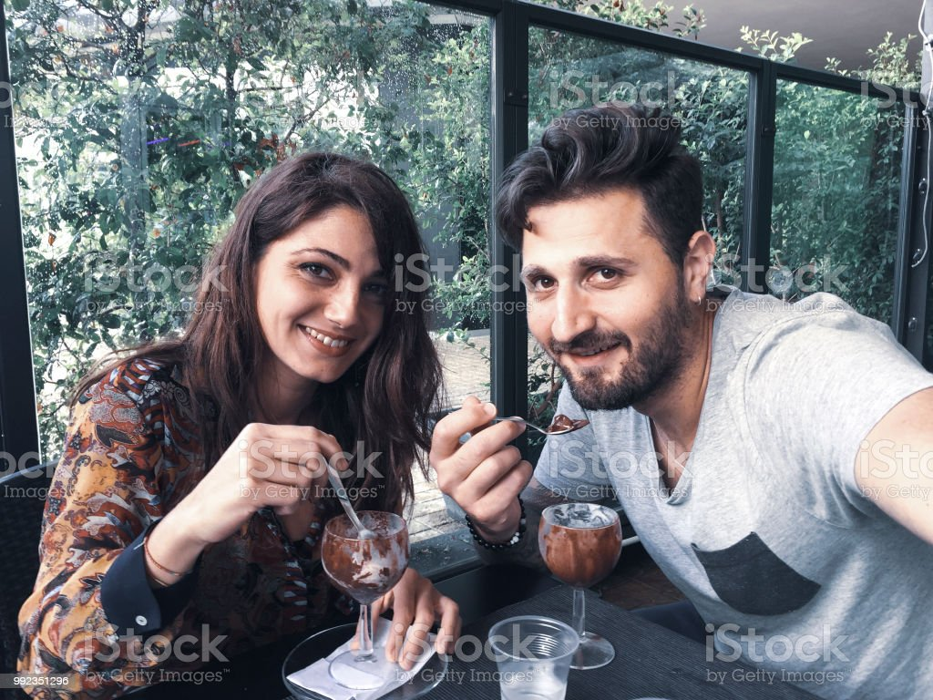Selfie of a young couple eating ice cream at the bar - foto stock