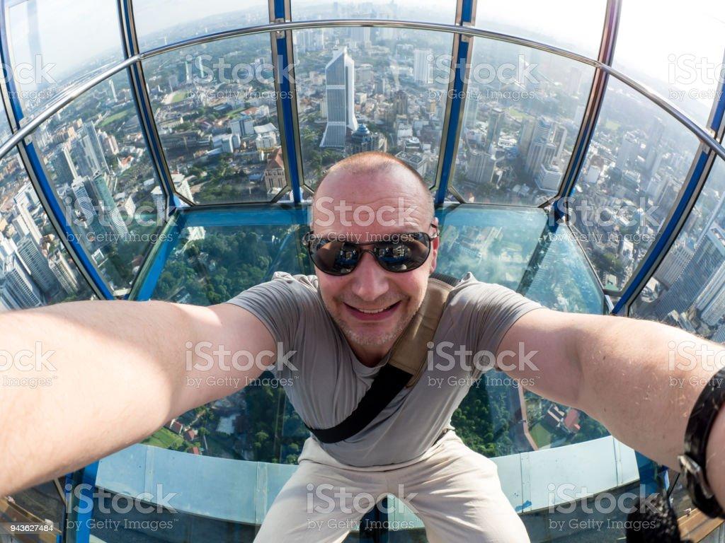 Selfie des Mannes in Skybox KL Tower in Kuala Lumpur – Foto