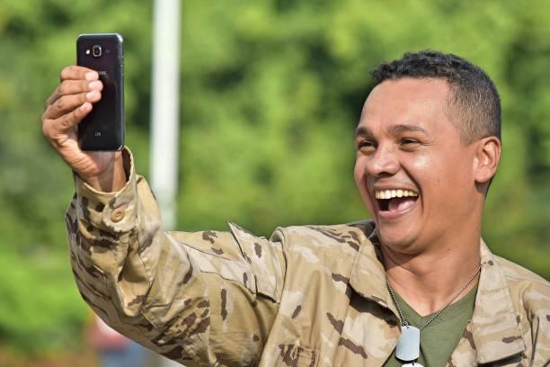 Selfie de minoria soldado masculino - foto de acervo
