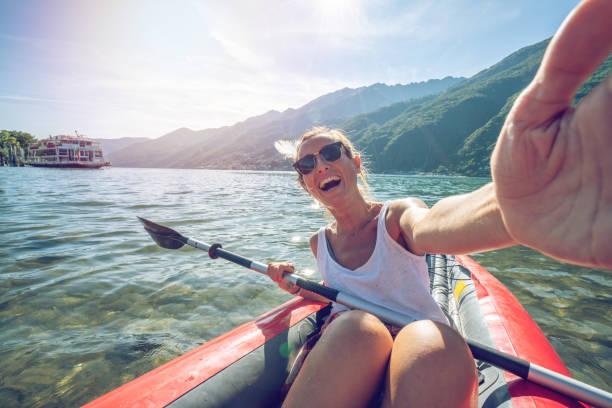 Selfie auf Kanu im Sommer genießen Sie See und Natur – Foto