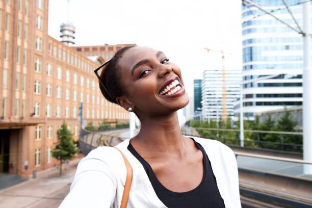 Selfie Porträt der glückliche junge afroamerikanische Frau – Foto