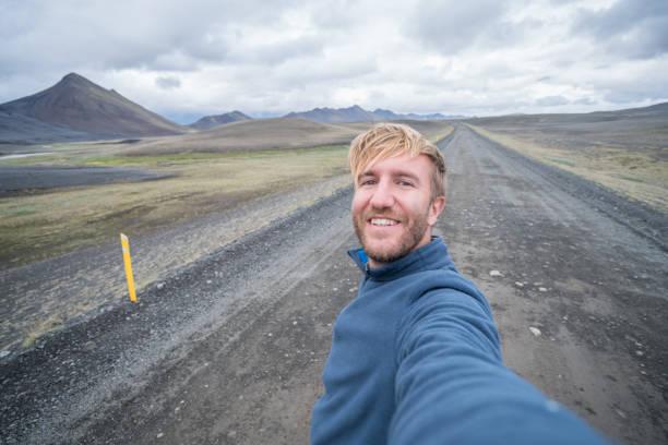 Selfie Porträt des touristischen Menschen in Island am Berg Kirkjufell – Foto