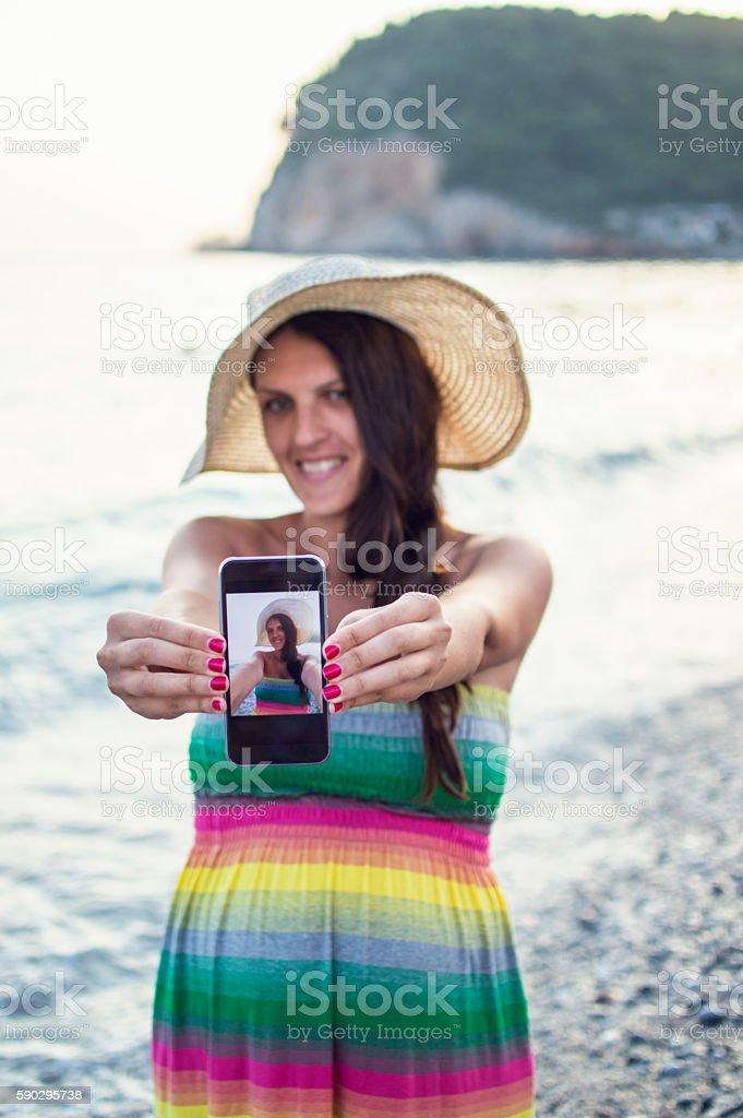 Selfie pregnant woman on beach royaltyfri bildbanksbilder