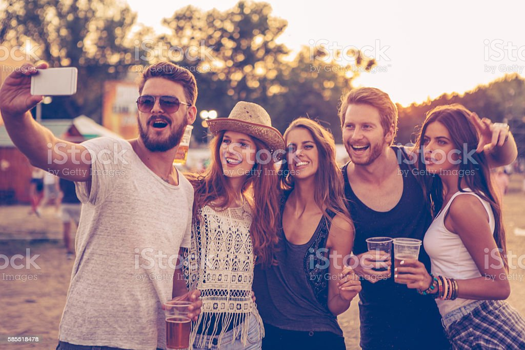 Selfie com festival amigos - foto de acervo