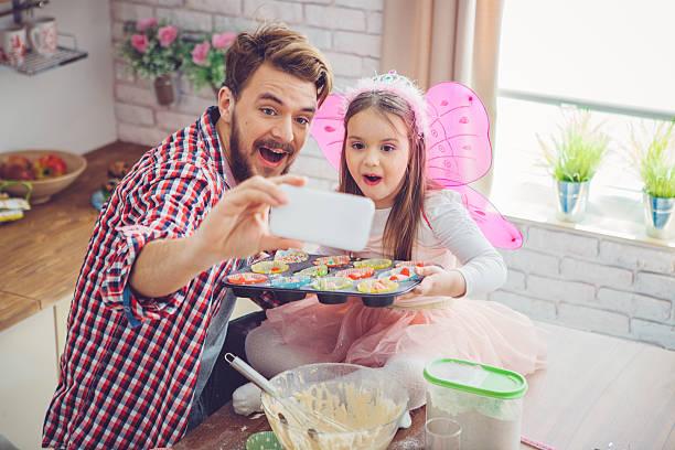 selfie mit cupcakes - prinzessinnen torte stock-fotos und bilder