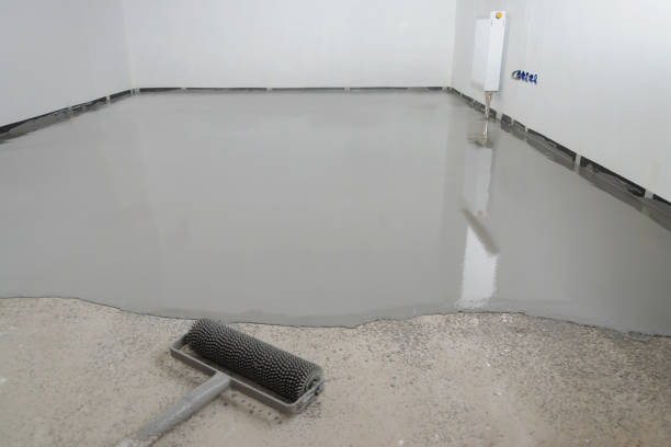 self-leveling epoxy. leveling with a mixture of cement floors - pavimento foto e immagini stock