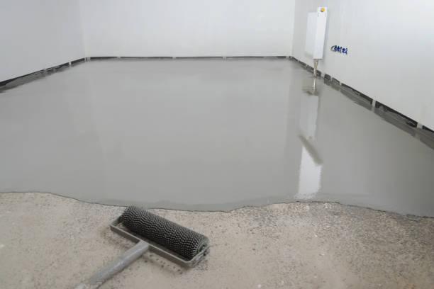 自動整準エポキシ。セメントの床の混合物と平準化 - 床 ストックフォトと画像