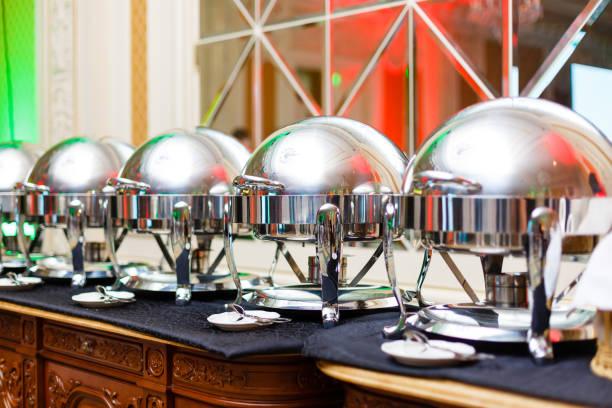 restaurant mit selbstbedienung, pfannen auf einem buffet-tisch - esszimmer buffet stock-fotos und bilder