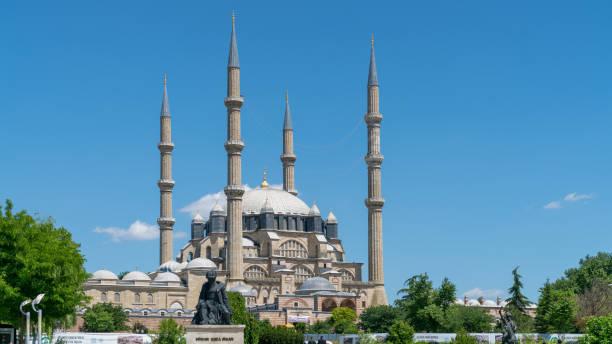 selimiye moschee und statue des architekten mimar sinan, edirne, türkei - selimiye moschee stock-fotos und bilder