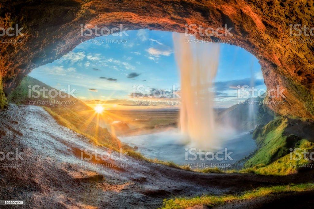 Wasserfall Seljalandsfoss in Island bei Sonnenuntergang – Foto