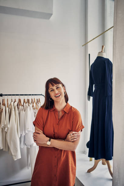 사람들이 행복해하는 옷을 판매하고 있습니다. - small business saturday 뉴스 사진 이미지