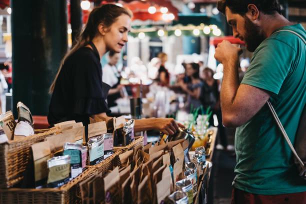賣家和客戶在市鎮市場的茶葉站, 倫敦, 英國。 - small business saturday 個照片及圖片檔