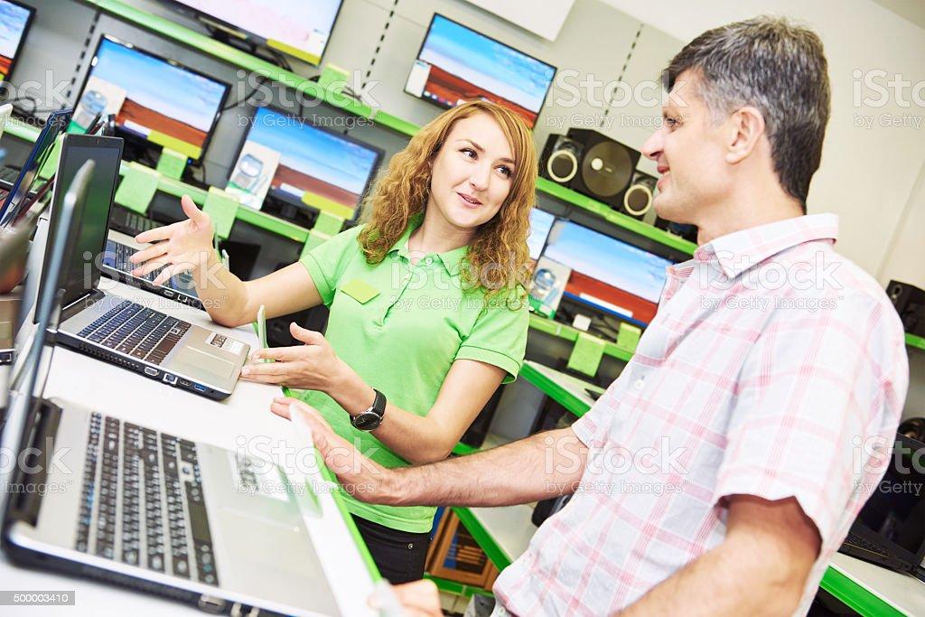 Verkäufer assistant Frau Hilfe der Käufer Sie laptop – Foto