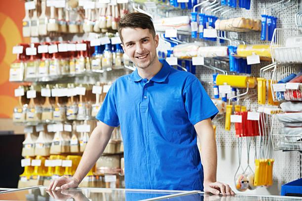 venditore presso un rivenditore - bancarella foto e immagini stock