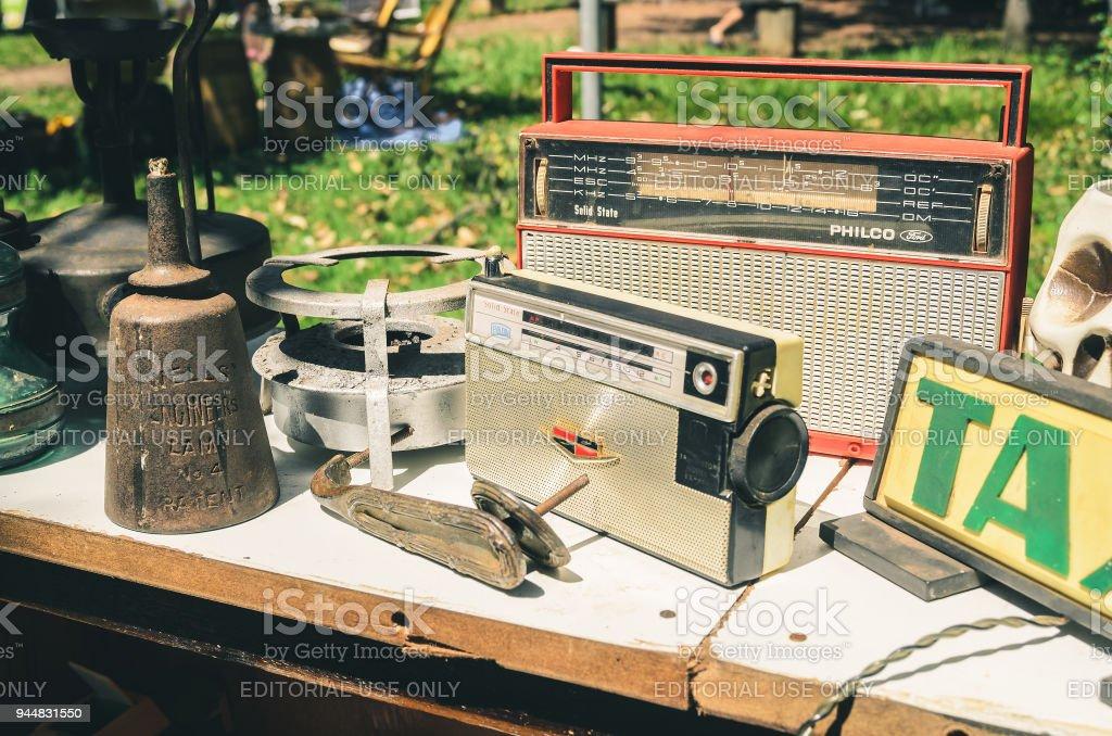 Venda de antiguidades e colecionadores itens como velho rádio AM FM - foto de acervo