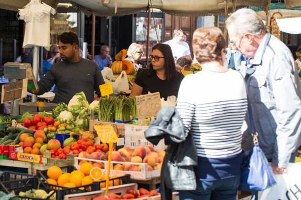 selling at campo de' fiori market - roma foto e immagini stock