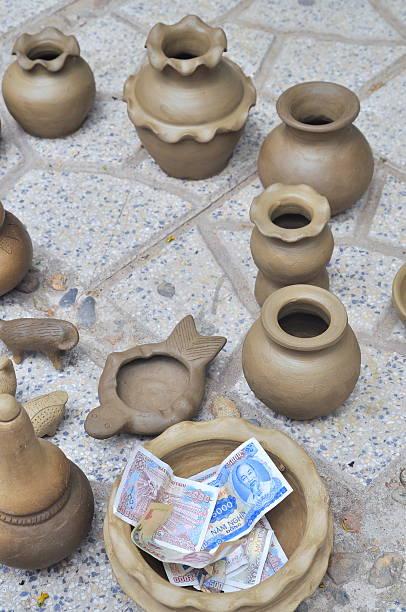 verkauf keramik-produkte im po nagar-tempel - pilze bestimmen stock-fotos und bilder