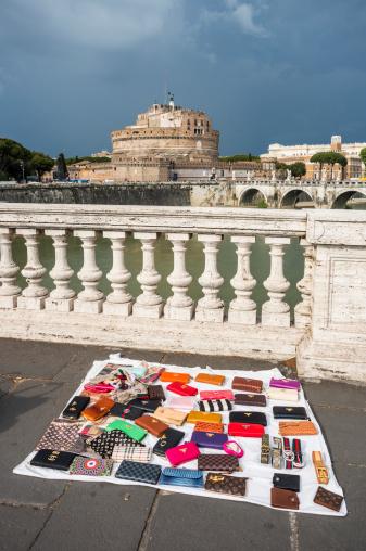 Falsi Vendita Di Borse In Strada Roma Italia - Fotografie stock e altre immagini di Alta moda