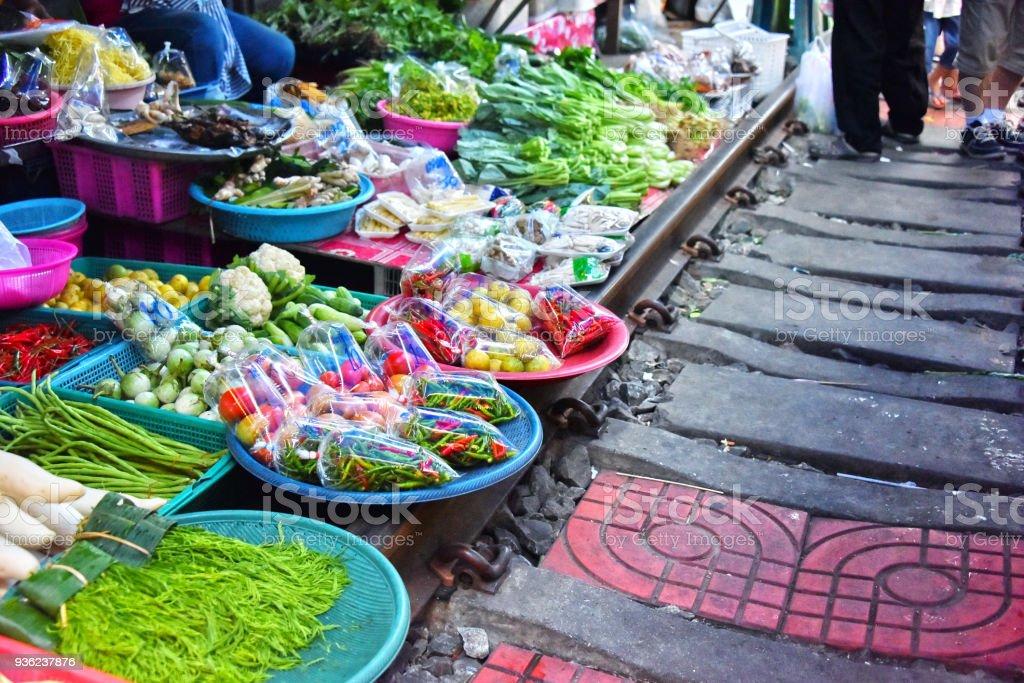 Verkauf von Lebensmitteln auf dem Markt Maeklong Railway in Thailand – Foto